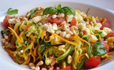 Wenn ich am Abend etwas Leichtes essen möchte, liebe ich Gemüsespaghetti in allen Variationen. Man kann fast jedes Gemüse in feine Streifen schneiden und wie Spaghetti servieren. Heute habe ich für euch ein Rezept mit Zucchini, Möhren und Feta – schnell zubereitet, unglaublich lecker und auch noch gesund.