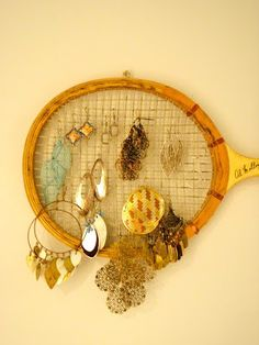 Excelente idea // old tennis racquet jewelry hanger. Oh I'd love to use two of these positioned opposite ends to balance out the look.