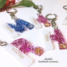 【再販】名前入り☆イニシャルネームキーホルダー☆ Epoxy Resin Art, Diy Resin Art, Uv Resin, Resin Crafts, Resin Molds, Diy Resin Charms, Diy Resin Keychain, Acrylic Keychains, Resin Jewelry Making