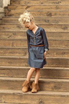 Versátil e prático, o jeans voltou com tudo às passarelas e às vitrines já há algumas temporadas. Para o Outono Inverno que começa a despontar ele segue em alta como uma das tendências marcantes da estação – dos looks básicos do dia a dia até produções mais elaboradas. No guarda-roupa infantil não é diferente. Selecionei algumas produções com a minha curadoria pra mostrar como deixar os nossos pequenos estilosos por dentro da moda.Para as meninas, dois clássicos all jeans: o macacão e o…