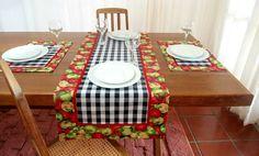 Dê boas vindas aos seus convidados com estilo! Esse conjunto de caminhos de mesa, americanos e guardanapos é uma versão moderna da toalha de mesa. Totalmente personalizado, podem ser peças maravilhosas no seu almoço, jantar, lanche, churrasco ou festa. Ótimo item para sua casa. Os nossos produ... Rug Runners, Quilted Table Runners, Tablerunners, Table Toppers, Table Linens, Country Kitchen, Craft Fairs, Quilting Projects, Table Decorations