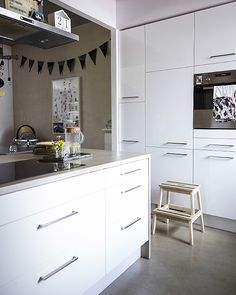 Built-in kitchen appliances help the space feel streamlined | Tips from architect Jerzy's home in #IKEAFAMILYMAG