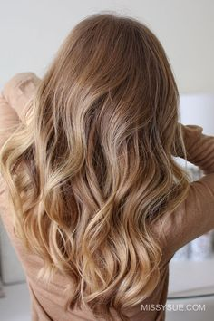 Recently, I've been getting a lot questions about how I curl my hair. For today's tutorial I'm happy to be letting you in on my most basic of secrets and sharing the super simple way that I curl my hair. I am using a 1…
