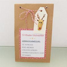 15-Minuten-Weihnachten  Dieses Jahr werden die kleinen Mäuse ihren Eltern diese Tüte als Weihnachtsgeschenk basteln! Ich finde sie total niedlich und nicht besonders aufwändig. Enthalten ist ein Teelicht(das wird mit Schmuck-Klebeband beklebt), ein Beutel Wintertee☕️, ein Lebkuchen und eine Weihnachtsgeschichte , die die Kinder bei mir im Deutschunterricht schreiben  Die Druckvorlagen findet man unter www.williundlilly.blogspot.de  Die Tütchen gibt es bei dm zu kaufen  Ist s...