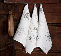Painetut keittiöpyyhkeet ovat mainio joululahja. Paina pyyhkeisiin kauniita kuvioita ja ilahduta lahjan saajaa kirjomalla pyyhkeen reunaan saajan nimi.Keittiöpyyhkeet on toteutettu samoilla paperikaav...