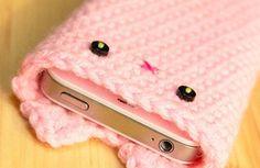 This cute crochet kitty iPhone slot