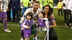 CONGRATULATIONS!!! FEIRET MED FAMILIEN: Sergio Ramos sammen med kona, barna og pkalen som er bevist på at Real Madrid har vunnet Champions League.