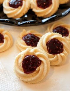Italian Butter Cookies with Raspberry Jam My husband's Aunt from New York recently came to visit and she brought us a big box of cookies from an Italian bakery in NYC. I don't hide my love for these cookies and if there was a s… Butter Spritz Cookies, Italian Butter Cookies, Italian Cookie Recipes, Italian Desserts, Yummy Cookies, Italian Foods, Cookies With Jam, Cookie Butter, Bakery Butter Cookie Recipe