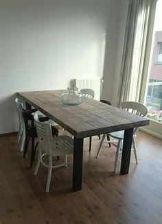 Stoere tafel van balken en stalen poten van CustomThijs