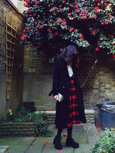 海外ファッションに学ぼう!秋冬のファッション術|MERY [メリー] 黒のアイテムが多いですが、赤のチェックのスカートが、アクセントになってます。ノスタルジックな感じのコーディネートがオシャレですね。UK