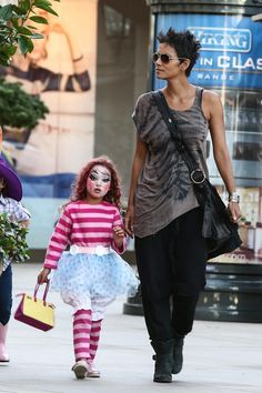 Halle berry preciosa love the outfit not the footwear. Celebrity Babies, Celebrity Style, Halle Berry Style, Hally Berry, Beautiful Female Celebrities, Cleveland, Look Cool, Types Of Fashion Styles, Beautiful People