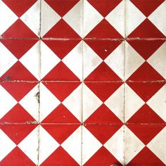 Discovering how to make diamond from square ! Let's play chess #pattern #caribbean #floor #architecture #tiles #red #white #chess #square #diamond #lightisvibe #islandlife #westindies #antilles #martinique #defi2016 #366 #bonus #inspiration #design #home #decor #interior