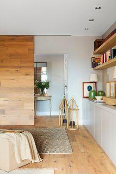 Gran puerta corredera de madera en salón_00451951