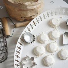 Kodin Kuvalehti – Blogit | Ruususuu ja Huvikumpu – Täydellinen suolakinuski-juustokakku valmistuu helposti uunivuokaan Crafts For Kids, Plates, Tableware, Desserts, Christmas, Food, Early Education, Wellness, Xmas