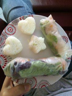 Mes premiers rouleaux de printemps accompagnes de petit sushis