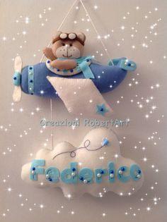 Fiocco nascita pannolenci, con orso aviatore, aereo Creazioni RobertArt Felt Wreath, Felt Garland, Felt Ornaments, Baby Crafts, Felt Crafts, Diy And Crafts, Kids Room Accessories, Felt Name Banner, Baby Mobile