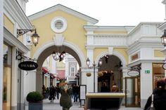 Das Design des Hauses haben mich sehr beeindruckt. Parndorf Outlet ist ca. 30 minuten von Wien, und gibt es viele Shops (Vero moda, Puma, Jack&Johnes,... Shops, Designer, Mansions, Puma, House Styles, Classic, Home Decor, Environment, Travel