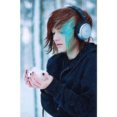 dark auburn brown hair w/ turquoise blue streak posted by my_chemical_pastels… Short Emo Hair, Short Scene Hair, Emo Scene Hair, Short Hair Styles, Long Curly, Cute Emo Girls, Emo Boys, Scene Boys, Gothic