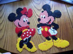 Minnie y Mickey Mouse Hama Beads Disney, Perler Bead Disney, Diy Perler Beads, Perler Bead Art, Melty Bead Patterns, Pearler Bead Patterns, Perler Patterns, Beading Patterns, Plastic Canvas Crafts