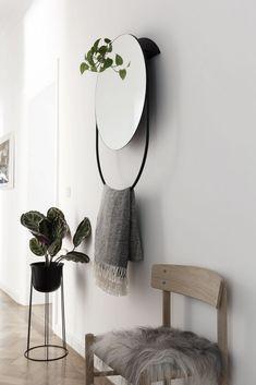 Hal inrichten: tips in de column van Marije van Maison Belle in het ND. Foto: FonQ #hal #hall #woonblog #halinrichten #kleinehal #kapstok #spiegel #ND #maisonbelle #fonq