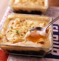 ファミレスに負けない本格グラタンが、市販のホワイトソースでパパッとつくれちゃいます。ホワイトソースを牛乳でのばして、なめらかさをプラスするのがおいしくつくるコツ。具はバターでソテーしたホウレンソウと温泉卵のコンビ。チーズをたっぷりかけてオーブンで焼けば、豊潤なチーズの香りに、とろとろ卵がアクセントになって、
