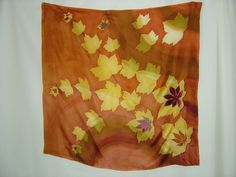 Handgemaltes Seidentuch in warmen Herbstfarben mit Applikationen. Das Material Seidentwill hat einen sehr schönen Fall und ist knitterarm.     Die App