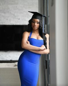 Girl Graduation Pictures, Graduation Picture Poses, Graduation Photoshoot, Grad Pics, Grad Pictures, Graduation Dress College Classy, Graduation Look, Short Graduation Dresses, Graduation Outfits