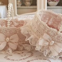 Shabby Chic Home Decor Fleurs Style Shabby Chic, Shabby Chic Crafts, Shabby Flowers, Shabby Chic Homes, Crochet Waffle Stitch, Lace Lamp, Decoration Evenementielle, Decorated Gift Bags, Shaby Chic