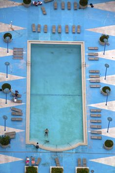 miami geometric pool the OCD person in me wants to straighten up that sun bed so badly. - Travel Miami - Ideas of Travel in Miami Geometric Pool, Yves Klein, Aerial Photography, Scenic Photography, Drone Photography, Night Photography, Lifestyle Photography, Photography Tips, Landscape Photography