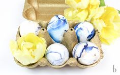 Bring the trend of the year to your Easter-Feast. Easter Eggs in Marble Style. Super easy DIY for an elegant spring decoration. See how to make them => Brunettes, Easter Eggs, Super Easy, Easy Diy, Marble, Elegant, Decoration, Spring, How To Make