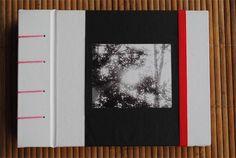 Cuaderno artesanal hecho 100% AMANOPLA! Encuadernación copta (costura a la vista), papel vinílico blanco y negro con fotografía en blanco y negro en la tapa. Formato apaisado. Separadores de color bordó. Hojas lisas blancas. Elástico sujetador de color. Especial para dibujar, bitácora de viajes, proyectos creativos, o para lo que mas gustes!! Expresar tus ideas y vivencias hará que un día tu presente pueda ser un recuerdo amado!  Espero tu consulta!!