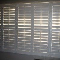 Wil je een mooie blikvanger hebben voor je ramen? Denk dan eens aan het zelf maken van shutters. Dit zijn houten luiken met verstelbare lamellen. Shutters creëren een stijlvolle uitstraling in je huis waarmee je de lichtval zelf kunt regelen. In de winter houden shutters de warmte heerlijk vast en in de zomer kun je met shutters juist de warmte buiten houden waardoor het lekker koel in je huis blijft. Je kunt er voor kiezen om helemaal zelf een shutter te gaan bouwen, maar dit vraagt best… Door Gate, Awesome Bedrooms, Shutters, Blinds, Sweet Home, Woodworking, Curtains, Doors, Living Room
