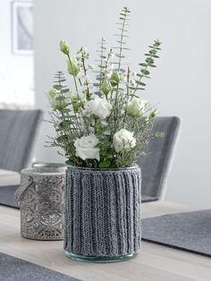 DIY | Rundstricken mit dem Nadelspiel - einfaches Rippenmuster für einen Vasenüberzug #knit #grey #diyidee #selbermachen