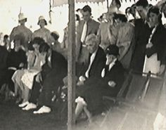 Clyde's parents, Henry and Cumie Barrow (front row, far right) at Bonnie's funeral. Bonnie's mother, Emma Parker, did not attend Clyde's funeral. Bonnie And Clyde Photos, Bonnie Clyde, Bonnie Parker, Famous Outlaws, Elizabeth Parker, Real Gangster, Bank Robber, Weird Stories, Women In History