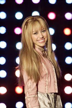 Miley Cyrus as The teen pop star Hannah Hannah Montana Outfits, Hannah Montana Forever, Hannah Montana Hair, Miley Cyrus, Old Disney Channel, Disney Channel Stars, Logan Lerman, Amanda Seyfried, Hannah Miley