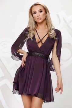 Aceasta rochie eleganta, de ocazie poate fi purtata de femeia indrazneata si in tendinte. Manecile lungi sunt decupate, este realizata din voal, captusita, cu decolteu in V atat la fata, cat si la spate, snur ce se leaga la spate si care se continua in partea din fata in forma de X. Are talia marcata si accesorizata cu un artificiu realizat din pietricele. Se inchide cu fermoar ascuns la spate. Compozitie: 95% Poliester, 5% Elastan
