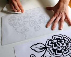 """Comment """"imprimer"""" le tissu - Make Your Own Stencils, Stencil Diy, Stenciling, Painted Paper, Applique Patterns, Art Club, House Painting, Paper Cutting, Christmas Diy"""