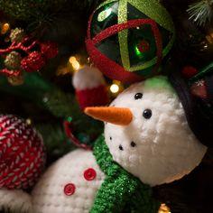 Decoración navideña con los tradicionales colores de la temporada, esta colección se distingue por sus adornos en rojo, verde además de peluches de los clásicos santa y snowman. #Decoracion #Navidad Home Depot, Ideas Para, Christmas Ornaments, Holiday Decor, Cute, Red, Green, Christmas 2017, Activities For Kids