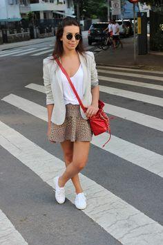 Nanda Pezzi - Saia de oncinha + blazer + tênis branco
