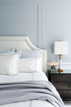 Nackten Blautöne setzen eine weiche und sanfte Kulisse dieses Master-Schlafzimmer.