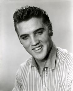 Studio portrait of American singer Elvis Presley - taken for an appearance on the American television series 'Stage Show,' January Elvis Presley Jeune, Bilder Von Elvis Presley, Elvis Presley Images, Young Elvis, Studio Portraits, American Singers, No One Loves Me, Country Music, Rock And Roll