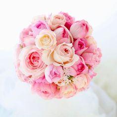 ブーケは、小さな宇宙みたいで、作るのが楽しい。 16年続けても、やっぱりそう思う。  たった20センチくらいの半円に、その日出来る最高を全部詰め込んで、一生に一度っていうだいじな日に、ずっと花嫁さんの手元にいられる。  そんなブーケ作りが大好きだーーだーだーエコー #ヒルトン東京 #ブーケ#結婚式準備中#wedding #一会#ラウンド#ラウンドブーケ#ナチュラルウェディング #ピンク#バラ#ウェディングブーケ#2017春婚#プレ花嫁#花嫁#ウェディング#ブライダル#ブライダルブーケ#ウェディングフラワー#花嫁DIY#2013 #ウェディングブーケ#ウェディングアイテム#結婚式#結婚#結婚式準備#結婚準備#ブーケレッスン #日本中のプレ花嫁さんと繋がりたい #結婚式準備中