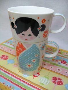 Kit de 02 Canecas com estampa de Kokeshi (empilháveis) e 01 Mug Rug em tecido. R$ 45,00