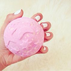Twilight bath bomb from lush Lush Cosmetics, Handmade Cosmetics, Spa Night, Diy Hanging Shelves, Lush Bath Bombs, Smell Good, Spa Day, Bath And Body Works, Pink