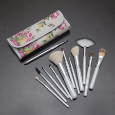 Set 12 pensule din par natural si sintetic disponibile pe www.paletutze.ro