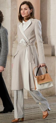 Queen Letizia's Neutral style for SEPE Comemmoration Work Fashion, Hijab Fashion, Fashion Outfits, Laetitia, Royal Clothing, Queen Letizia, Mode Hijab, Classic Outfits, Work Wardrobe