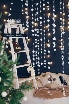 28 Beautiful And Cute DIY Homemade Christmas Design Ideas - Weihnachten Ideen Christmas Backdrops, Christmas Photos, Christmas Decorations, Star Decorations, Diy Décoration, Easy Diy, Deco Nouvel An, Dark Blue Walls, 242