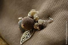 брошь-булавка `Зимний лес`. Брошь-булавка с бусинами спокойных 'зимних оттенков', в центре внимания-две большие вязаные бусины коричнево-бежевого и серо-голубого цветов, дополнены камнями белого полупрозрачного агата 'Вены дракона', яшмы…