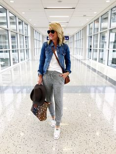 Casual travel outfit, airport style travel outfits, comfy airport o Airport Style Travel Outfits, Comfy Airport Outfit, Casual Travel Outfit, Travel Style, Traveling Outfits, Summer Airport Outfit, Travel Fashion, Travel Attire, Casual Weekend Outfit