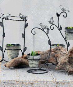 Τα Διακοσμητικά Γλαστράκια Πουλάκι είναι ιδανικά για το μπαλκόνι ή τον κήπο σας! Πρόκειται για μία χαριτωμένη διακοσμητική πινελιά, η οποία θα προσδώσει ρομαντική διάθεση και φρεσκάδα στο χώρο σας. Διαθέτει μεταλλική βάση, διακοσμημένη με φυλλαράκια και πουλάκια και φέρει γλάστρες για να τοποθετήσετε τα αγαπημένα σας φυτά. Place Cards, Place Card Holders